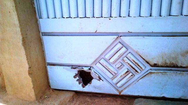 L'impact laissé par les balles du fusil sur le portail (Ph : B24)