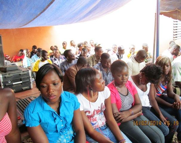 Une vue de quelques étudiants à la conférence de presse (B24)