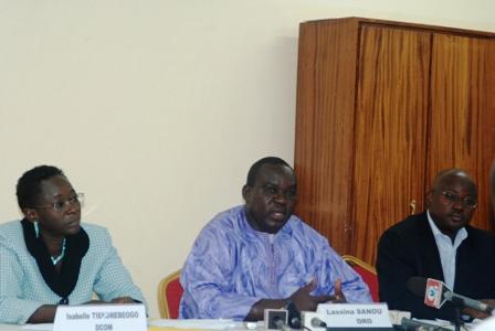 Monsieur Sanou, au milieu, et ses collaborateurs, face aux journalistes ce vendredi 14 février. ©Burkina 24