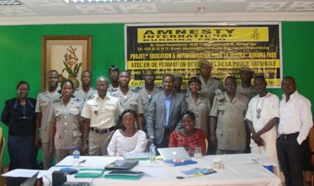Photo de famille des participants avec des membres du staff d'Amnesty Burkina. © Burkina 24