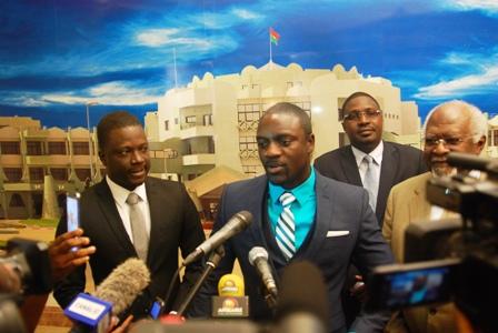 Akon face à la presse burkinabè, à sa sortie d'audience, ce vendredi 14 février 2014. ©Burkina 24