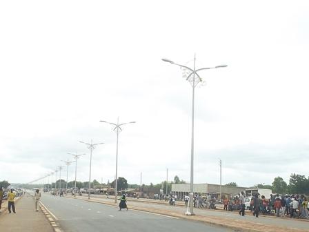 La route d'interconnexion à la RN1 à la sortie vers Bobo-Dioulasso lors de son inauguration le 16 juillet 2012 (Ph : B24)