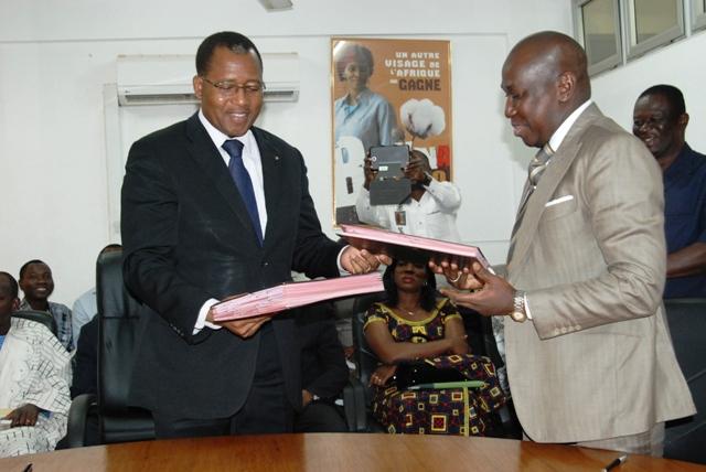 Echange de documents entre le ministre du Commerce et le PDG d'IGB-Burkina (Ph : B24)