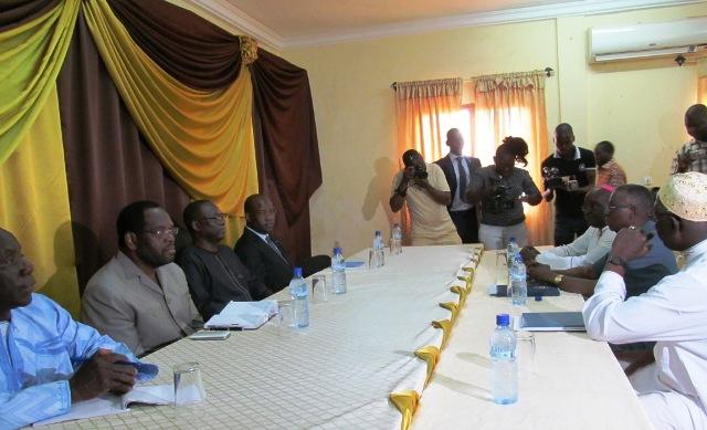 Le Premier ministre, accompagné des membres du gouvernement, a rencontré les médiateurs (Ph : B24)