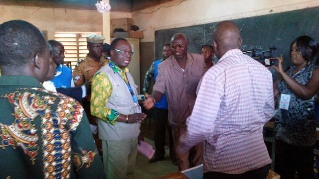 Me Kéré s'enquérant du déroulement des votes dans un bureau de vote de l'arrondissement 4 de Ouaga (Ph : B24)