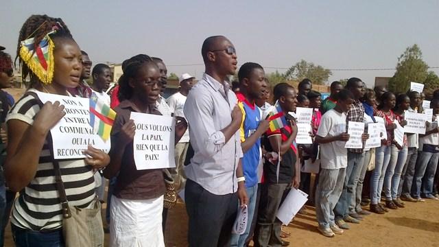 Les Centrafricains vivant au Burkina entonnant l'hymne de leur pays lors du meeting de ce samedi (Ph : B24)
