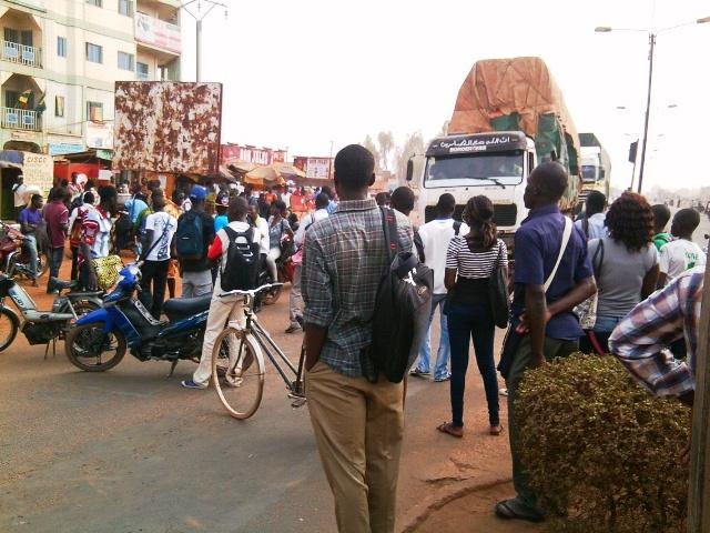 Les étudiants ont bloqué la route pour protester contre la panne d'un micro (Ph : DR)