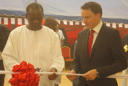 """""""Total (...) participe à la construction d'un Burkina émergent», a affirmé  Amidou Barry, le représentant du ministre du commerce (à g.) (Ph : B24)"""