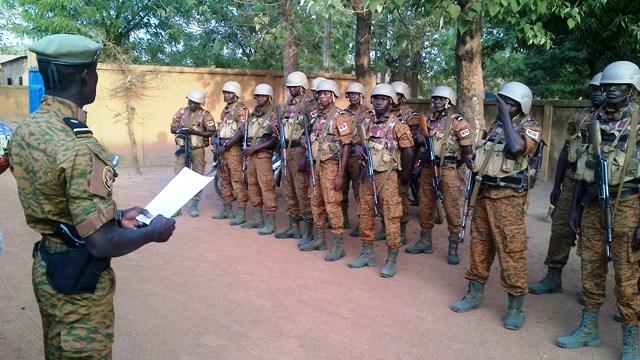 Le Sous-lieutenant N'DO donnant ses ordres (Ph : B24)