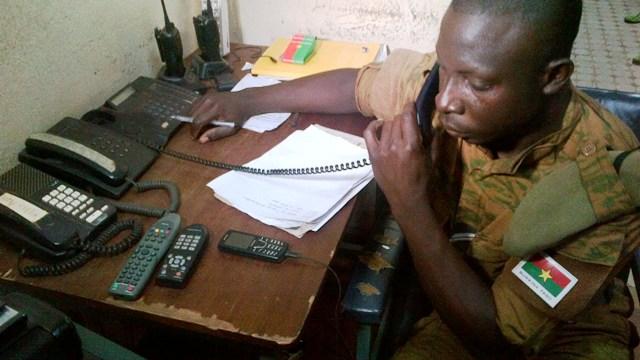 Un agent recevant un appel de détresse, qui s'est révélé être un homme qui demande comment on fait quand sa femme est enceinte (Ph : B24)