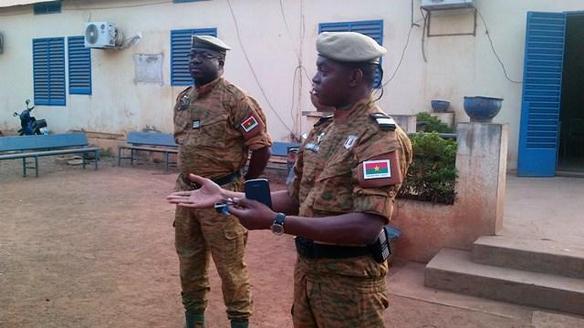 Le capitaine Somda Evrard (d.) et le commandant Kanou Coulibaly s'entretenant avec la presse avant le départ (Ph: B24)