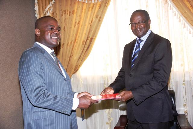Le Directeur Général d'Airtel Burkina Faso S.A., Hervé-Olivier NJAPOUM remettant la demande d'Airtel au Président de l'ARCEP,  Mathurin BAKO (Ph : DR)
