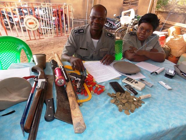 Le commissaire Joseph Toni (g.) exposant les armes des malfaiteurs (Ph : B24)