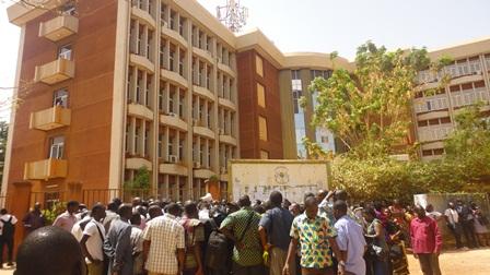 Les manifestants devant l'immeuble de l'éducation (Ph : B24)