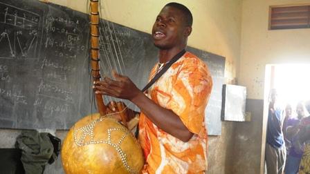 Babanguida dit tirer son inspiration la nuit dans la brousse (Ph : B24)