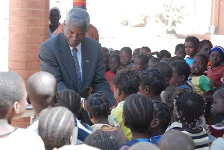 Ici au village-opera, l'ambassadeur saluant les élèves. ©Burkina 24