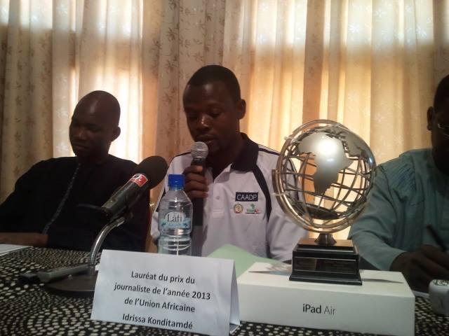 Konditamdé (micro) a indiqué que ce trophée est une reconnaissance de la qualité de la presse burkinabè (Ph : B24)