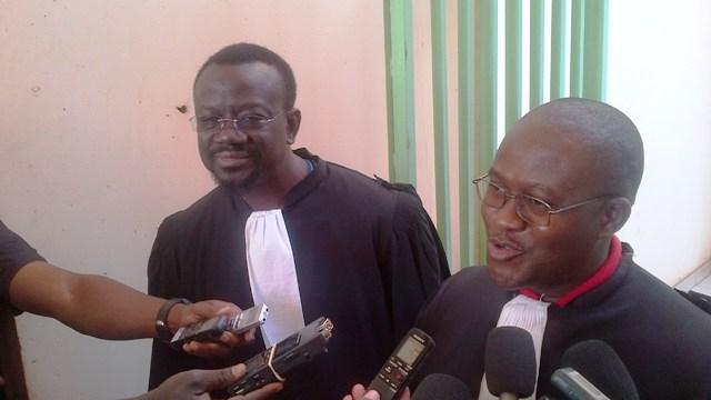Me Sankara et Me Farama (droite) déclarent qu'ils fourniront les pièces demandées dans les délais au tribunal (Ph:B24)