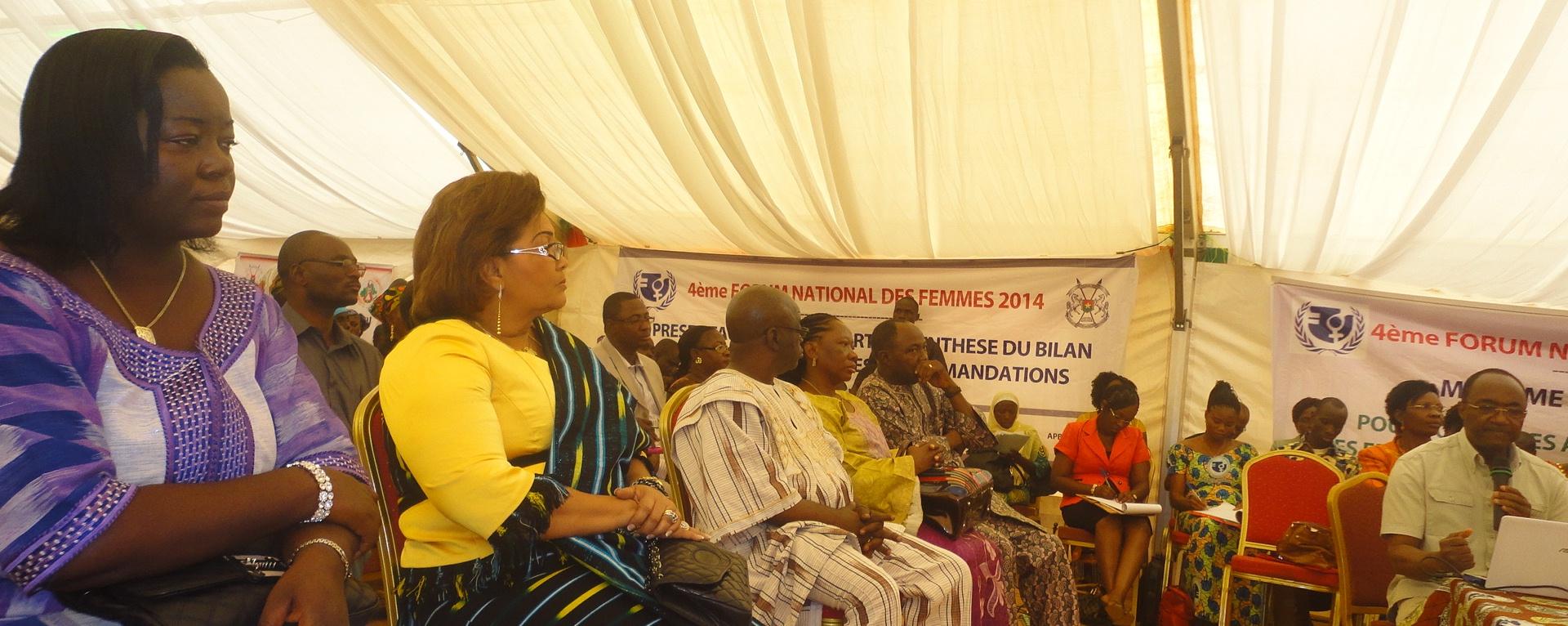 Pierre claver Damiba (micro, à droite), resumant sa communication à Chantal Compaoré (en jaune) (Ph : B24)