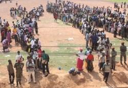 Une file d'attente pour le recrutement de la 55e promotion du SND, en juillet 2011 (Ph : Burkinapmepmi)