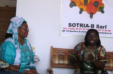 La ministre Nestorine Sangaré échangeant avec Koné (foulard) (Ph : B24)