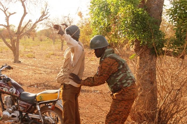 Un agent des forces de sécurité fouillant une personne (Ph : MATS)