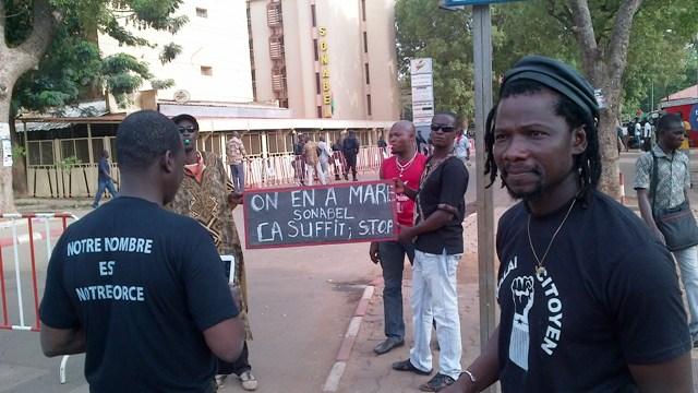 """""""Le Balai Citoyen"""" a organisé pour la première manifestation de l'histoire de la SONABEL (Ph : B24)"""