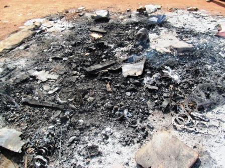 """Les affaires du """"vieux"""" ont été sorties du magasin pour être brûlées car ce dernier était en location (Ph : DR)"""