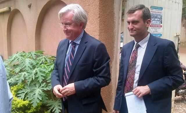 L'ambassadeur de l'UE au Burkina, Alain Holleville (g.)  au siège du CFOP, le 10 avril 2014 (Ph : B24)