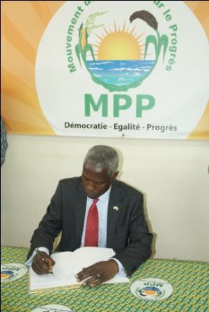 L'ambassadeur écrivant dans le livre d'or du parti (Ph : DR)