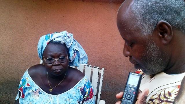 Le Dr Adama Maïga expliquant  à Blandine Bouda les raisons de la saisie (Ph : B24)