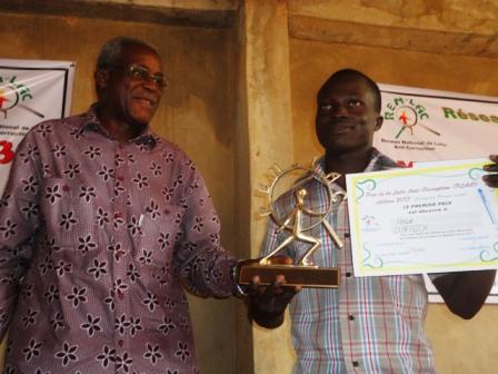 Hervé d'Afrik de Courrier confidentiel, représenté par Paul Miki Roamba (d.), remporte le premier prix de la lutte anti-corruption édition 2013 (Ph : B24)