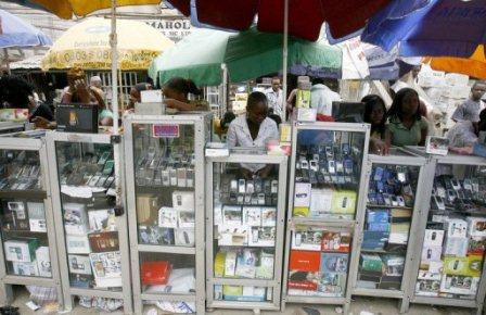 Des vendeurs de téléphones mobiles à Lagos, au Nigeria AFP/Archives Issouf Sanogo.