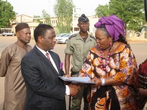 l'ambassadeur du Nigeria, David G. BALA recevant la déclaration faite par les femmes.