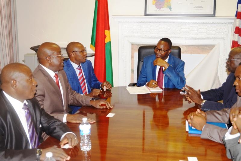 L'ambassadeur Bouda échangeant avec les experts (Ph : DR)