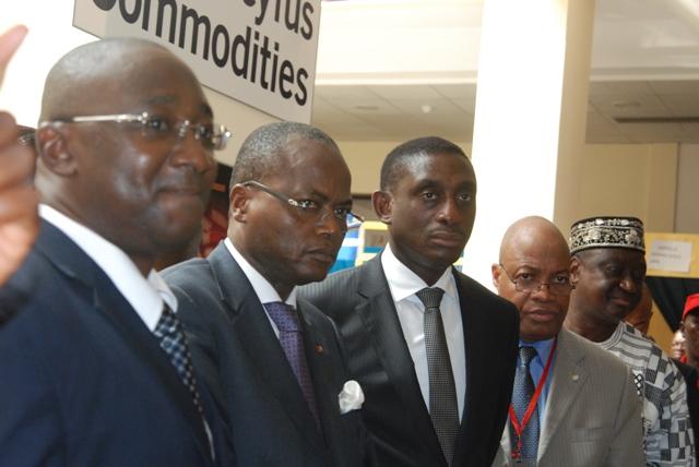 Les officiels visitant l'exposition en compagnie du commissaire général du Salon. Crédit photo: Burkina 24