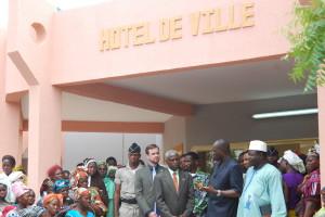 L'ambassadeur a visité le nouveau bâtiment de la mairie, construit grâce au financement du MCC. Ph.B24