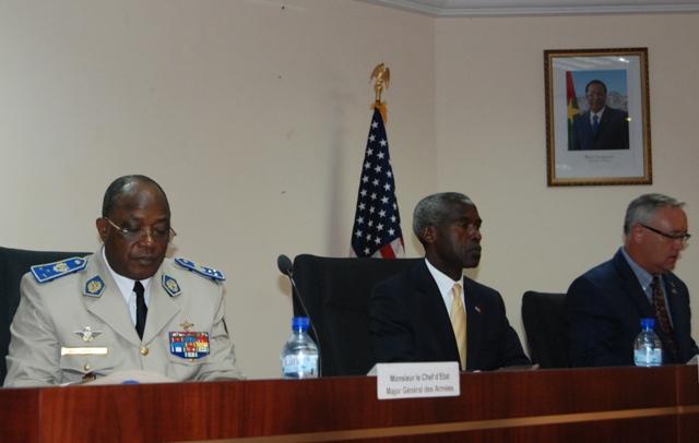 Le Gl Honoré Nabéré Traoré (droite), l'ambassadeur des États-Unis (centre) et le directeur régional du CESA. crédit photo: Burkina 24