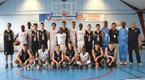 L'équipe de Moving Basket ball Camp (MBC) en noir avec celle de L'équipe Croates de Davo (photo Sylvain Zingué)