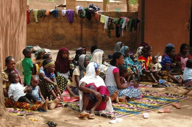 Une vue des familles affectées relogées à l'Action sociale de Mané, suite aux affrontements communautaires (Ph : MATS)