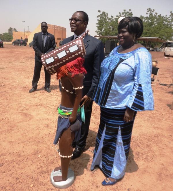 Le président de l'assemblée nationale et la directrice générale du musée national posant avec le masque Sénoufo