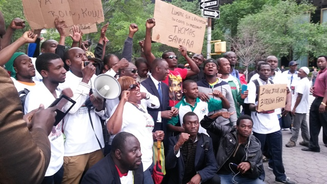 Les manifestants devant le siège de l'ONU (Ph : B24)