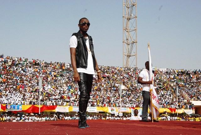 Serges Beynaud, l'artiste ivoirien, pendant sa prestation (© Burkina 24)