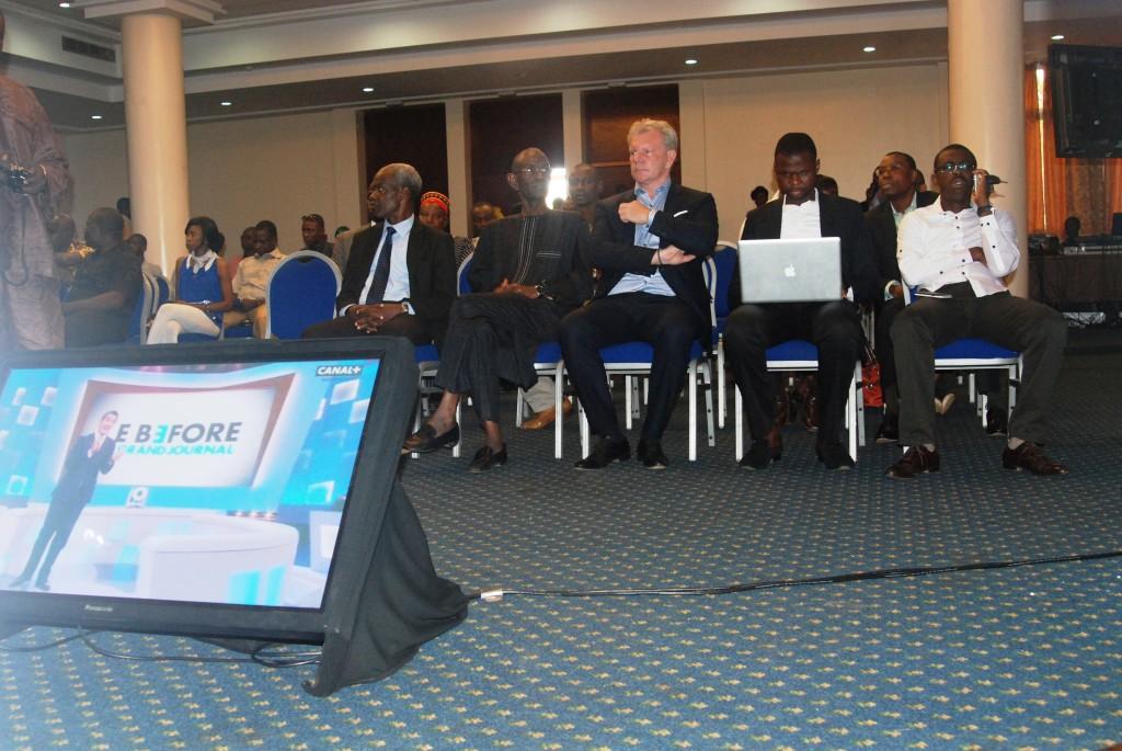 Plusieurs personnalités ont été invités à cette conférence de presse parmi lesquels l'entraîneur des Étalons Paul Put au milieu