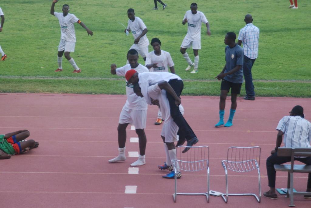 L'entraîneur de Bobo Laurent Kipré a été porté au dos par son joueur Modeste Pakotdogo