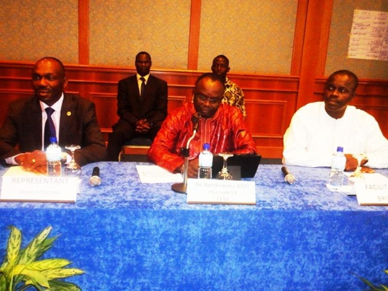 De la gauche vers la droite,Cyrille Tapoco, représentant de l'Union Africaine. Barthélémy Kéré, président de la CENI et Doudou DIA, formateur