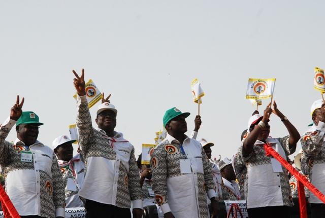 Assimi Koanda (casquette blanche), faisant le V de la victoire