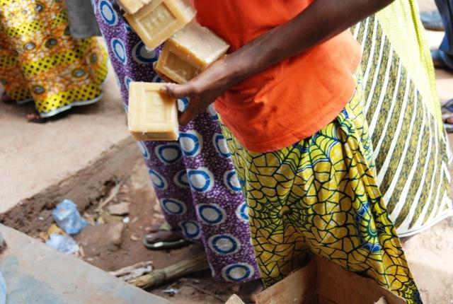 Des kits sont apportés aux sinistrés (© Burkina 24)