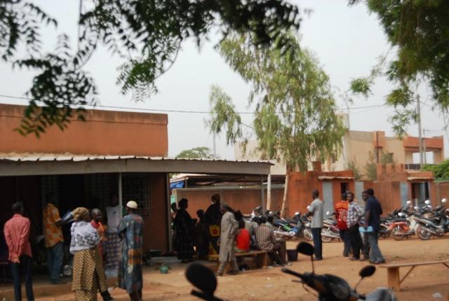 Les sinistrés au service de l'action sociale ce mercredi matin (© Burkina 24)