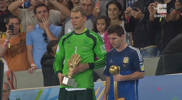 Lionel Messi et Manuel Neuer avec leur trophée (© RFI)